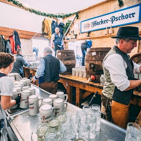 Old stone jugs can be found in the Herzkasperl tent on Oidn Wiesn